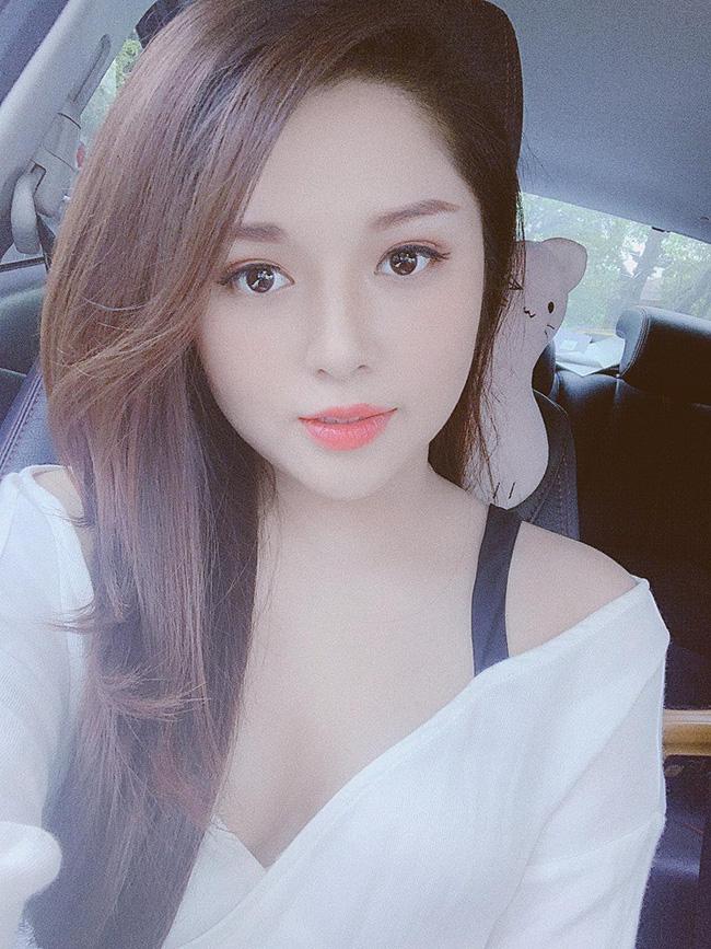 Sau sự cố lộ nội y trên sóng truyền hình, BTV Diệu Linh khéo léo dùng sticker che ngực khi chụp chung với Chí Nhân-4