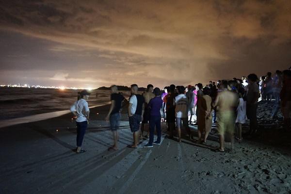 Đà Nẵng: 3 nam sinh bị đuối nước trong lúc tắm biển, 1 người mất tích-5