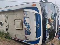 Long An: Lật xe khách chở 40 công nhân, nhiều người bị thương