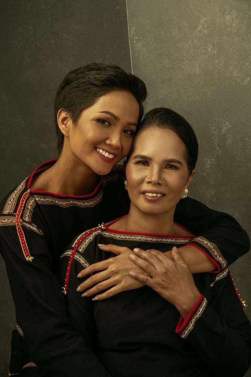 Nhân ngày của mẹ, HHen Niê công bố bộ ảnh chụp cùng đấng sinh thành dù ém hàng đã lâu-1