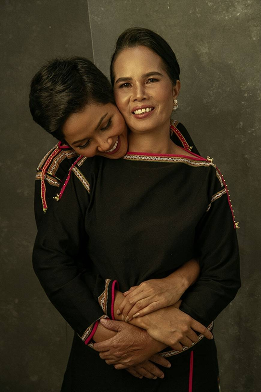 Nhân ngày của mẹ, HHen Niê công bố bộ ảnh chụp cùng đấng sinh thành dù ém hàng đã lâu-3