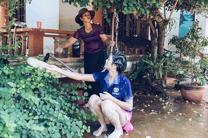 Nhân ngày của mẹ, HHen Niê công bố bộ ảnh chụp cùng đấng sinh thành dù ém hàng đã lâu-8