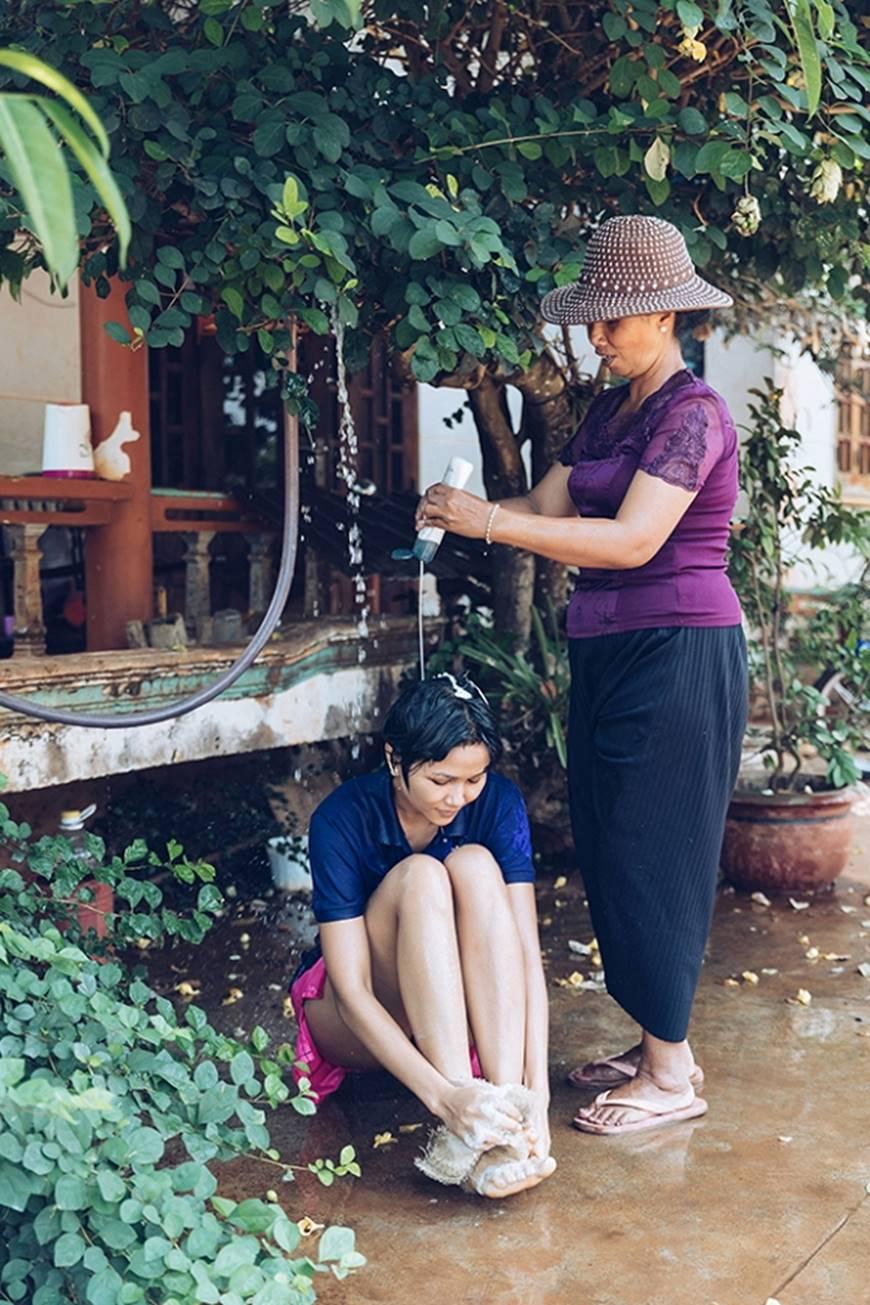 Nhân ngày của mẹ, HHen Niê công bố bộ ảnh chụp cùng đấng sinh thành dù ém hàng đã lâu-9