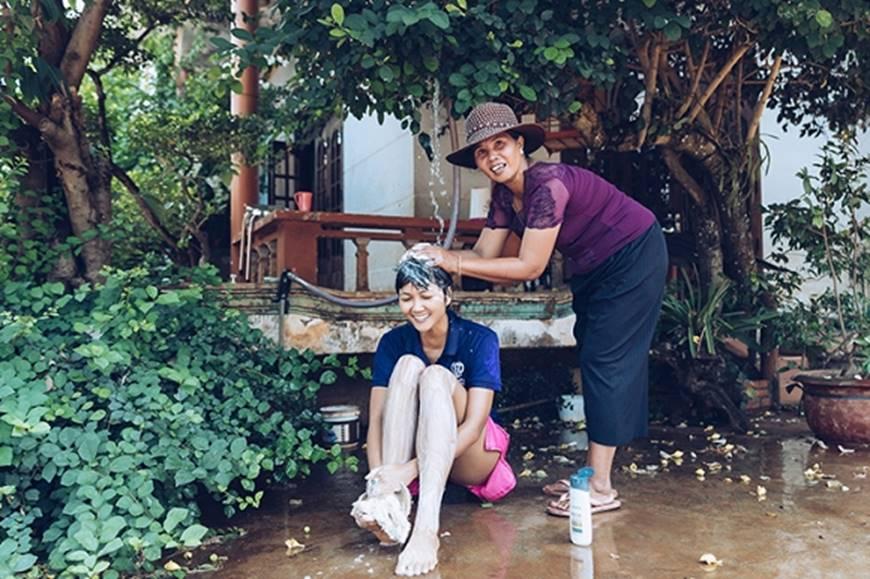 Nhân ngày của mẹ, HHen Niê công bố bộ ảnh chụp cùng đấng sinh thành dù ém hàng đã lâu-10