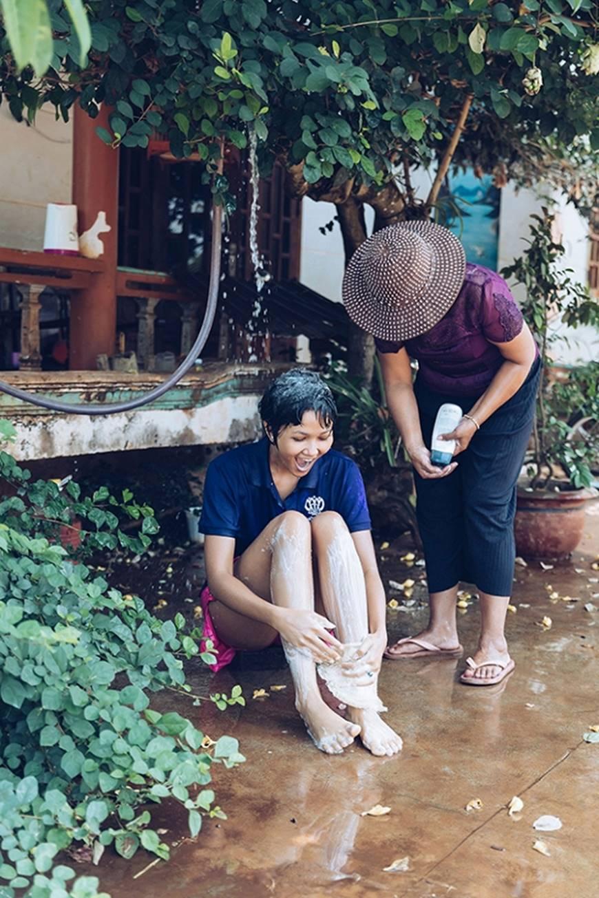 Nhân ngày của mẹ, HHen Niê công bố bộ ảnh chụp cùng đấng sinh thành dù ém hàng đã lâu-11