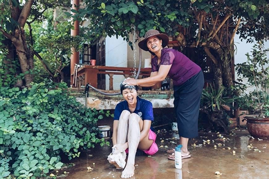Nhân ngày của mẹ, HHen Niê công bố bộ ảnh chụp cùng đấng sinh thành dù ém hàng đã lâu-12