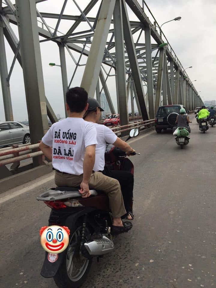 """Clip: Mẹ dán logo đã uống rượu bia, không lái xe"""" rồi chở con gái đầu trần vượt đèn đỏ trên đường phố Hà Nội khiến nhiều người bức xúc-3"""