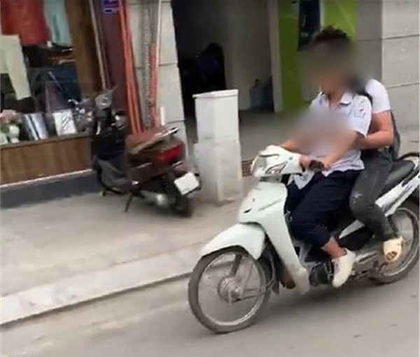 Clip: 2 học sinh không đội mũ bảo hiểm và bàn tay thân mật đến phản cảm của nam sinh ngồi sau xe máy-1