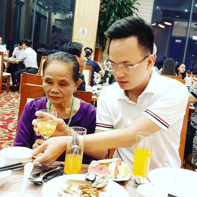 Lần đầu đưa mẹ đi ăn buffet - món quà cảm động của chàng trai 29 tuổi dành tặng mẹ 71 khiến bao người rưng rưng-4