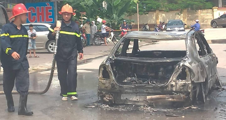 Sốc: Xế hộp tiền tỷ Mercedes đi đón dâu bỗng bốc cháy giữa đường khiến nhiều người kinh hãi-4