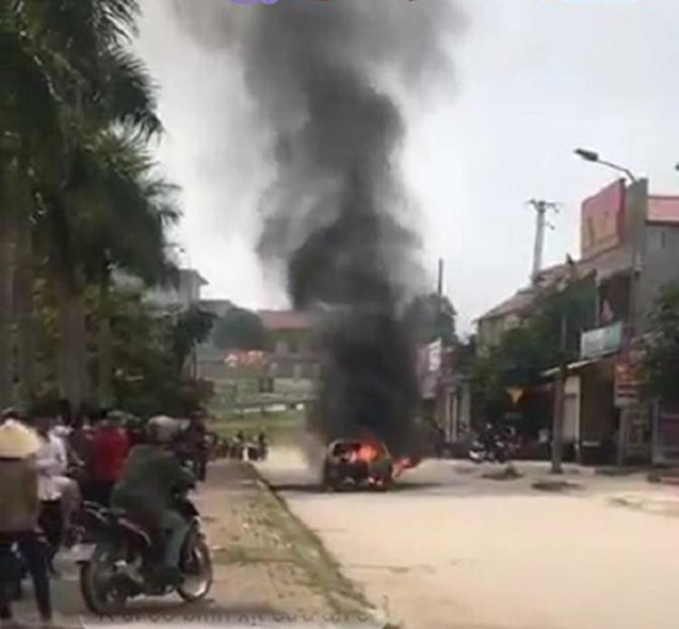 Sốc: Xế hộp tiền tỷ Mercedes đi đón dâu bỗng bốc cháy giữa đường khiến nhiều người kinh hãi-1