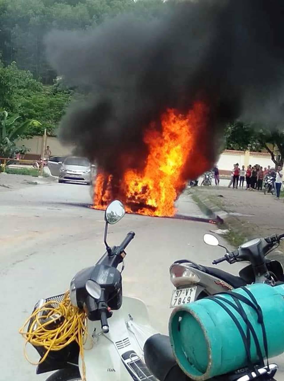 Sốc: Xế hộp tiền tỷ Mercedes đi đón dâu bỗng bốc cháy giữa đường khiến nhiều người kinh hãi-5
