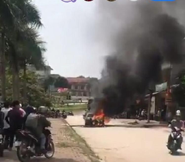Sốc: Xế hộp tiền tỷ Mercedes đi đón dâu bỗng bốc cháy giữa đường khiến nhiều người kinh hãi-2