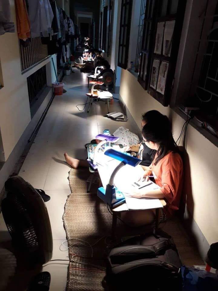 Nhìn bức ảnh học sinh ở ký túc xá Chuyên Phan Bội Châu ngồi học kín hành lang này để biết vì sao họ học giỏi thế-1