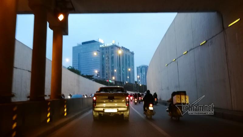 Chui hầm Kim Liên xem xe cộ thi nhau lấn làn, bảo sao cứ tai nạn-5
