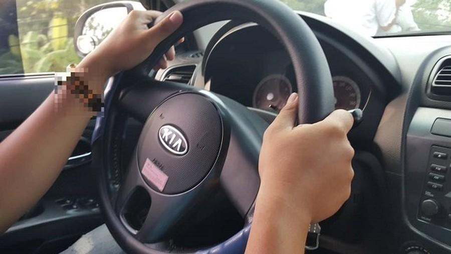 Vợ ngã quỵ phát hiện dấu chồng và bạn thân ngoại tình trên ô tô-1