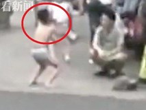 Sờ mông bạn học nữ, bé trai lớp 2 bị mẹ phạt mặc quần lót đứng tấn