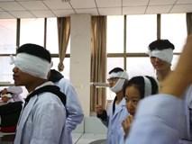 Dở khóc dở cười cảnh sinh viên trường Y xếp hàng quấn băng cho nhau, hở chỗ nào là quấn chỗ đấy!
