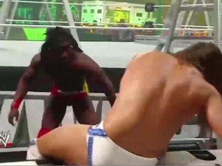 Kinh hoàng WWE: Trèo lên thang 2m nhảy xuống đạp đối thủ gãy cả bàn