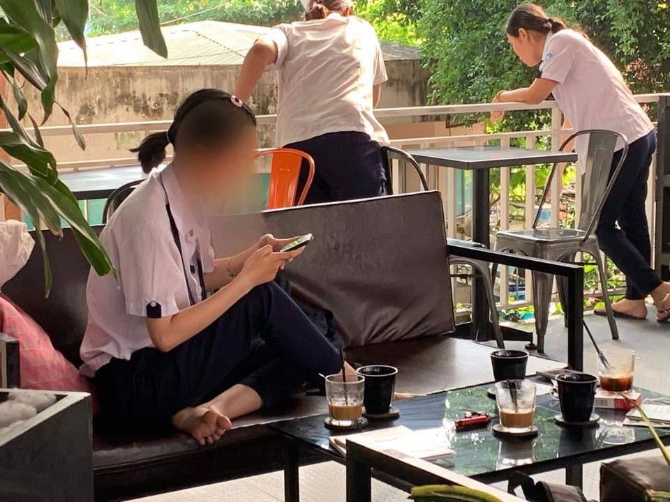 Nhóm nữ sinh cấp 3 mặc đồng phục vào quán cafe phì phèo thuốc lá khiến nhiều phụ huynh phải giật mình-4