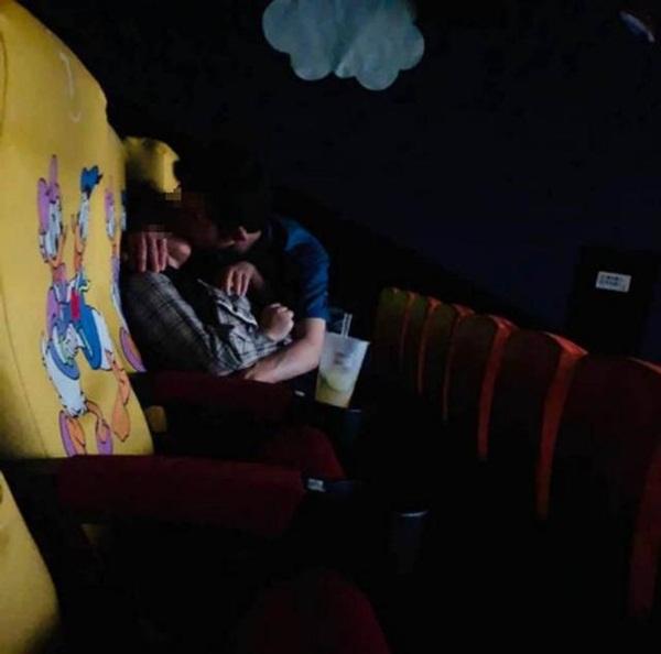 Cặp đôi thản nhiên ôm hôn, sờ soạng trong rạp chiếu phim khiến dân mạng lại dậy sóng-1