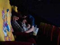 Cặp đôi thản nhiên ôm hôn, sờ soạng trong rạp chiếu phim khiến dân mạng lại dậy sóng
