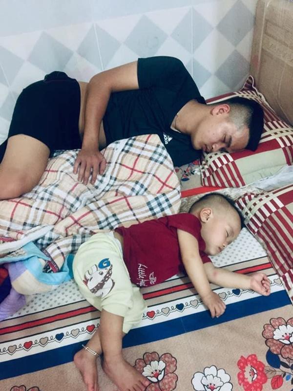 Loạt ảnh Đến ngủ cũng giống cha y đúc khiến dân mạng bật cười-6