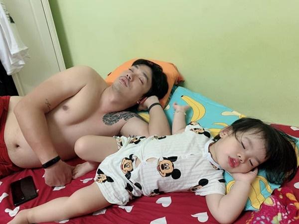 Loạt ảnh Đến ngủ cũng giống cha y đúc khiến dân mạng bật cười-8