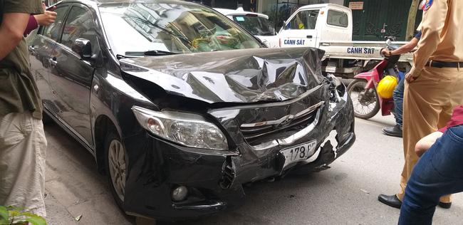 Ô tô mất lái, hai mẹ con trên đường đến trường thoát chết trong gang tấc-1