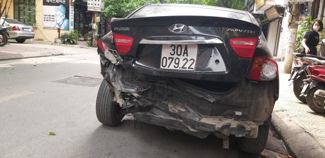 Ô tô mất lái, hai mẹ con trên đường đến trường thoát chết trong gang tấc-5