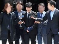 NÓNG: Seungri chính thức bị còng tay và trói chặt bằng dây thừng, chồng nữ diễn viên Park Han Byul lộ mặt