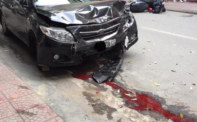Sự thật dòng nước đỏ dưới bánh xe ô tô gây nạn trên phố Hà Nội sáng nay-1