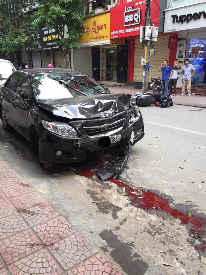 Sự thật dòng nước đỏ dưới bánh xe ô tô gây nạn trên phố Hà Nội sáng nay-2