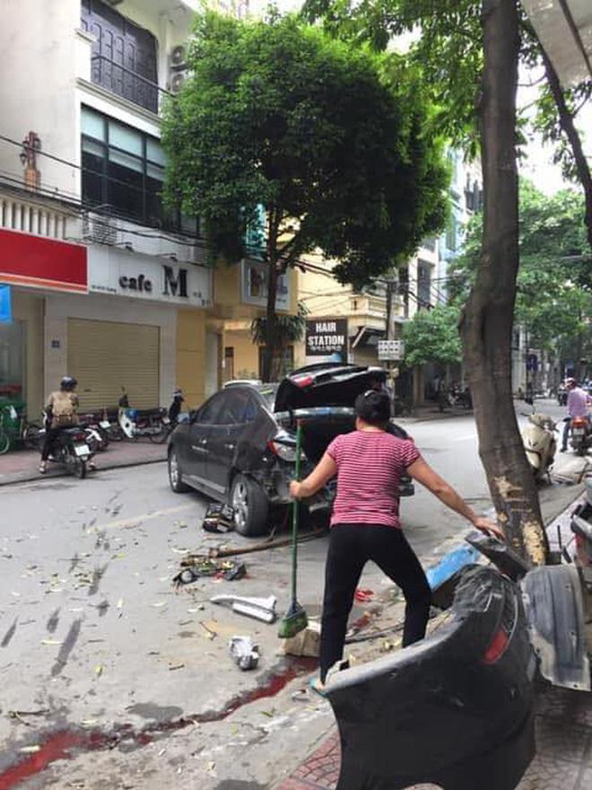 Sự thật dòng nước đỏ dưới bánh xe ô tô gây nạn trên phố Hà Nội sáng nay-3