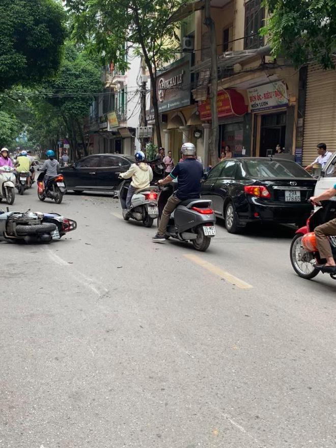 Sự thật dòng nước đỏ dưới bánh xe ô tô gây nạn trên phố Hà Nội sáng nay-4