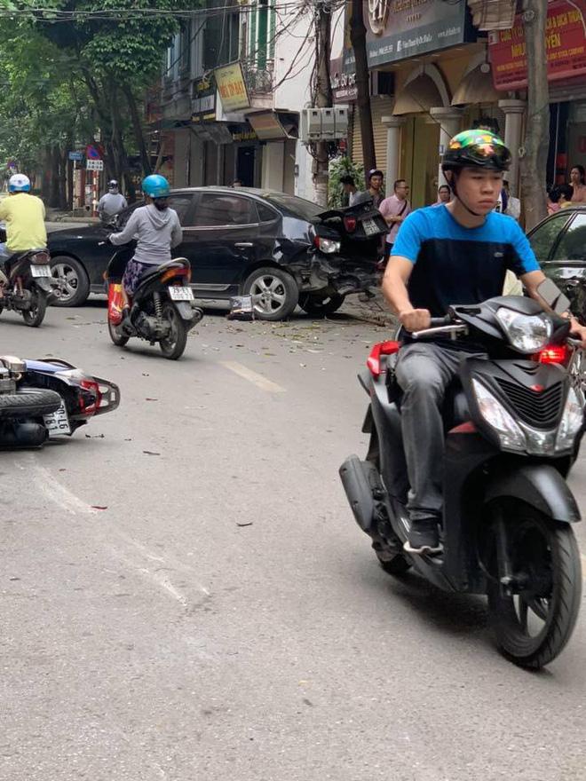 Sự thật dòng nước đỏ dưới bánh xe ô tô gây nạn trên phố Hà Nội sáng nay-5