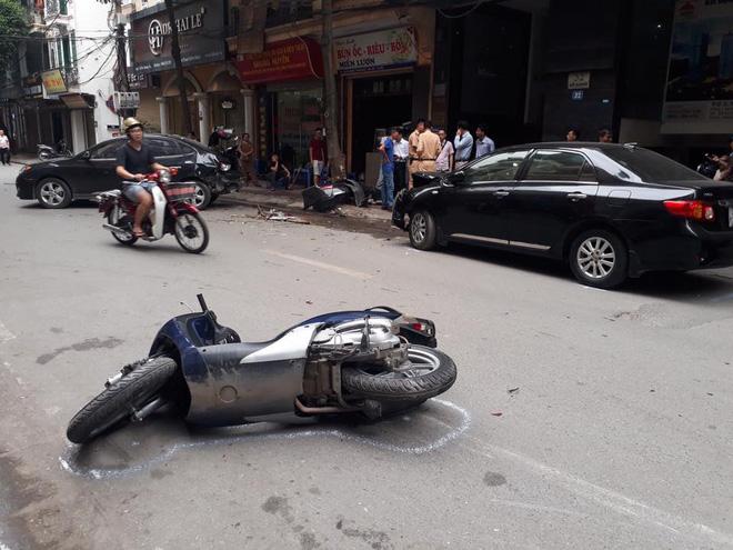 Sự thật dòng nước đỏ dưới bánh xe ô tô gây nạn trên phố Hà Nội sáng nay-6