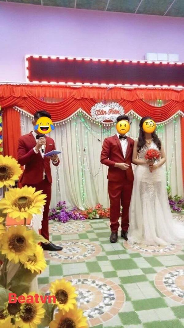 Xôn xao bức ảnh cô dâu bỗng bị ra rìa vì chú rể mặc đồ đôi với... MC đám cưới-1