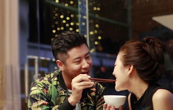 """Đi ăn với bạn gặp ngay chồng và bồ nhí đang tình tứ, vợ ra nói mấy câu khiến tiểu tam"""" chỉ biết khóc xin tha-1"""