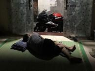 Không nỡ khua cả xóm dậy lúc 3 giờ sáng, thanh niên ngủ đất trông xe phân khối lớn cả đêm