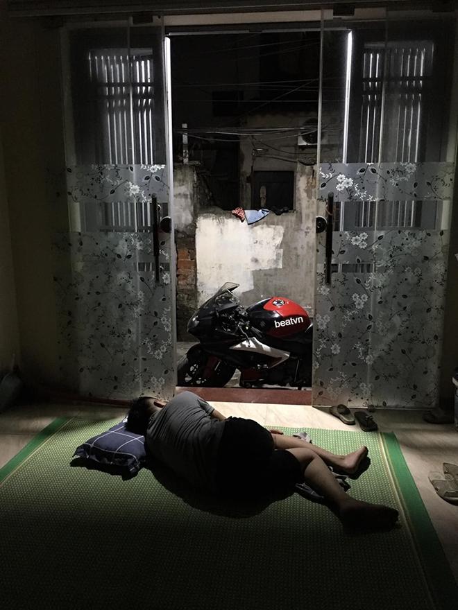 Không nỡ khua cả xóm dậy lúc 3 giờ sáng, thanh niên ngủ đất trông xe phân khối lớn cả đêm-5