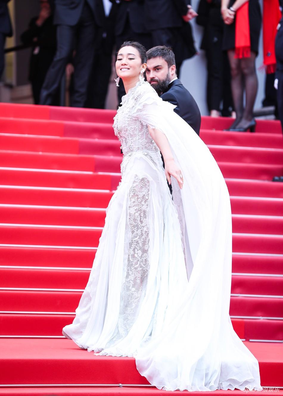 Ham váy vóc tùng xòe, Jessica suýt ngã và phải nhờ 2 người nâng váy tại thảm đỏ Cannes 2019-2
