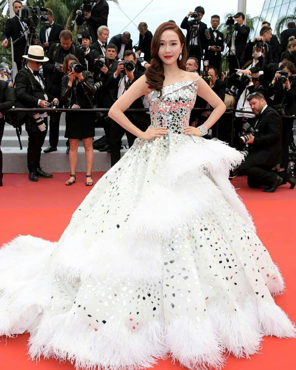 Ham váy vóc tùng xòe, Jessica suýt ngã và phải nhờ 2 người nâng váy tại thảm đỏ Cannes 2019-4