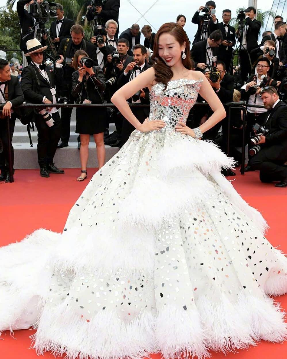 Ham váy vóc tùng xòe, Jessica suýt ngã và phải nhờ 2 người nâng váy tại thảm đỏ Cannes 2019-5