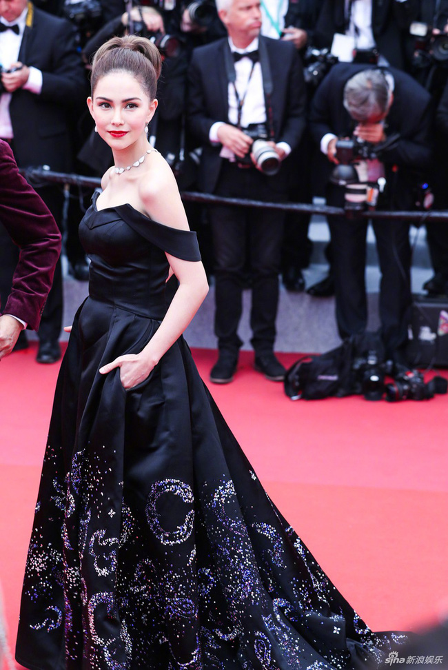 Ham váy vóc tùng xòe, Jessica suýt ngã và phải nhờ 2 người nâng váy tại thảm đỏ Cannes 2019-8