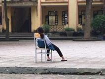 Tấm ảnh nữ sinh ngồi vật vã giữa sân trường:
