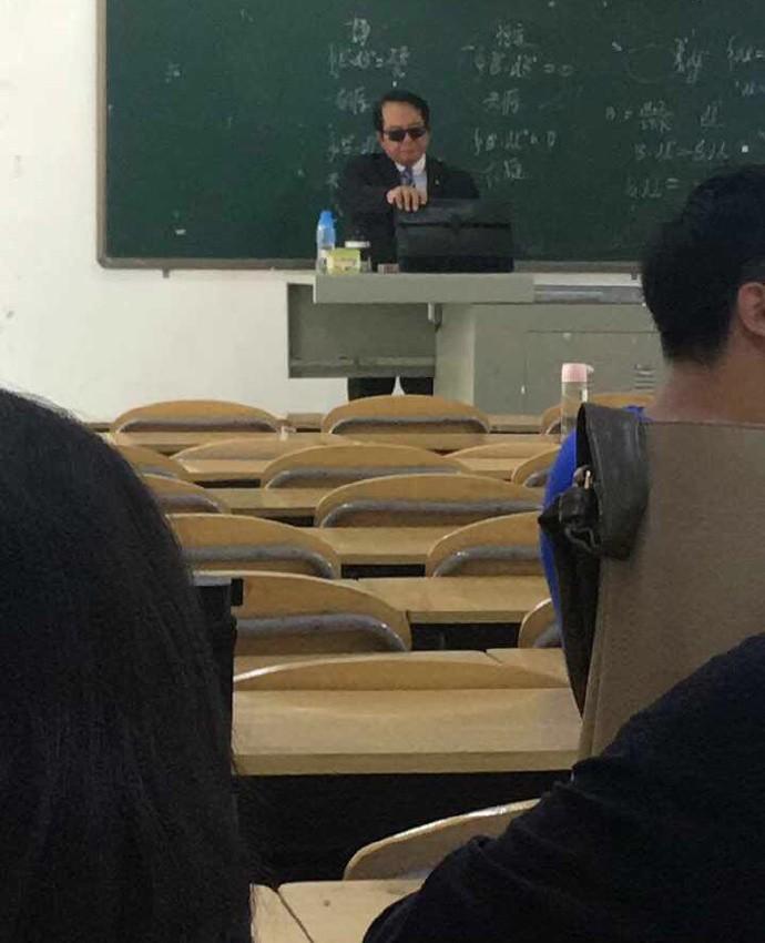 Thầy giáo đi dạy với combo kính đen và comple ngầu như điệp viên 007, nhưng hành động tiếp theo mới khiến cả lớp lăn ra cười-1
