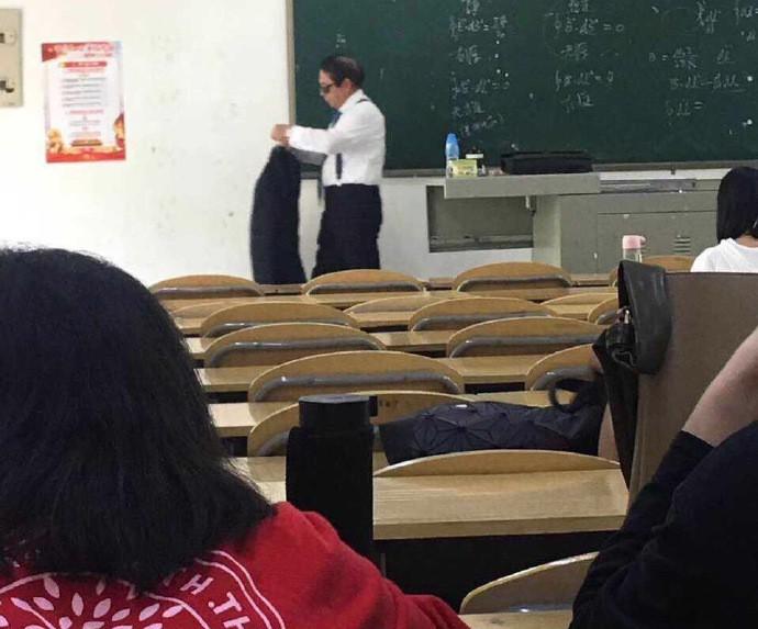 Thầy giáo đi dạy với combo kính đen và comple ngầu như điệp viên 007, nhưng hành động tiếp theo mới khiến cả lớp lăn ra cười-2