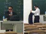 Vừa đàn vừa hát 999 Đóa Hồng, thầy giáo được học sinh hát theo cuồng nhiệt như đang ở concert thần tượng-1