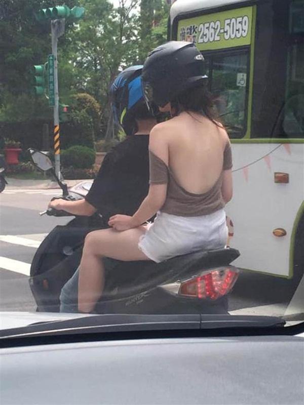 Giữa trời nắng nóng, cô gái ra đường với chiếc áo hững hờ khiến ai cũng choáng váng-1